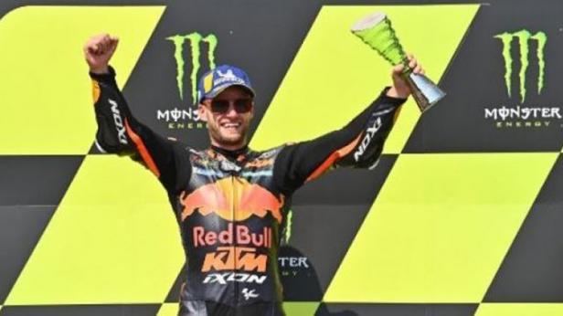 Pembalap Red Bull KTM Brad Binder merayakan kemenangan di podium setelah menjadi juara di MotoGP Republik Ceko di Brno.