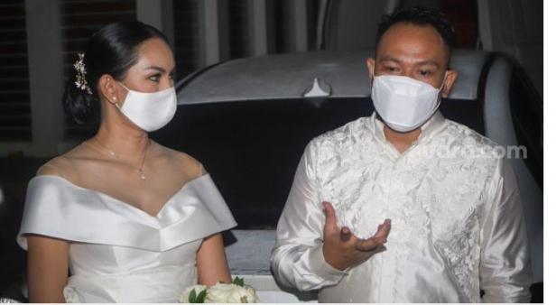 Pasangan Vicky Prasetyo dan Kalina Oktarani menemui awak media usai melangsungkan pertunangan di Bekasi, Jawa Barat, Minggu (24/1/2021).