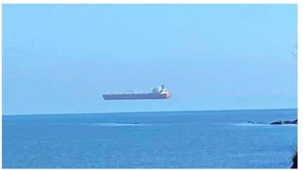 Sebuah kapal terlihat melayang di atas laut.