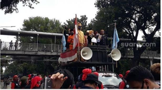 Massa buruh dari FSP LEM SPSI saat menggelar aksi tolak UU Cipta Kerja di kawasan Patung Kuda.