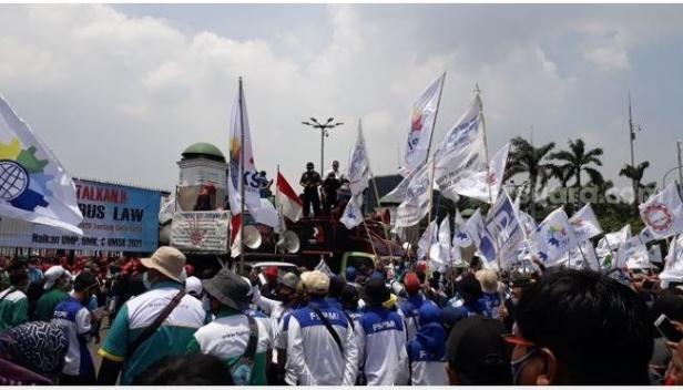 Massa buruh saat berujuk rasa menolak UU Omnibus Law Cipta Kerja di gedung DPR RI
