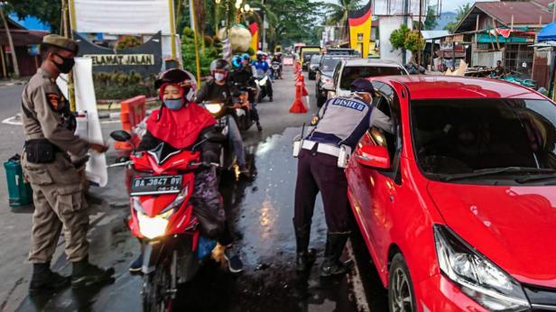 Petugas melakukan pemeriksaan dan penerapan protokol 5M
