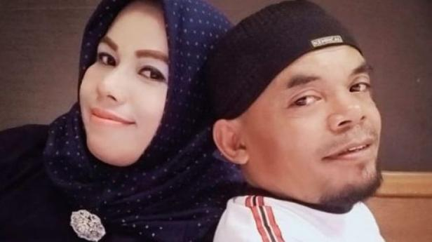 Ucok Baba dan istrinya, Rina Angelina