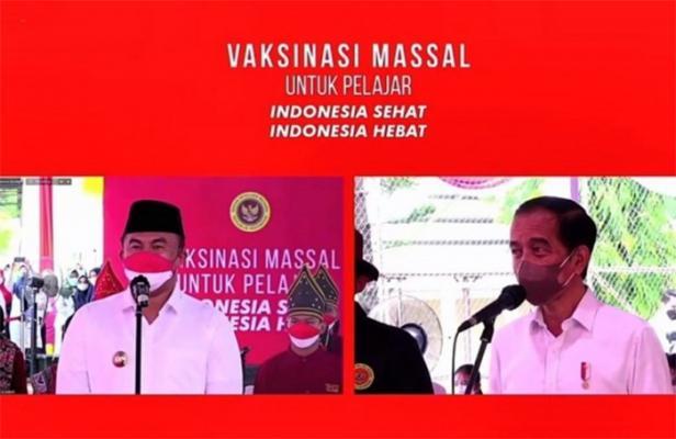 Presiden Jokowi dan Bupati Dharmasraya Sutan Riska saat pembukaan program vaksinasi.