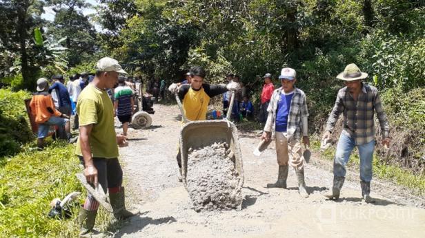 Masyarakat Nagari Limau Manis bergotong-royong melakukan pengecoran Jalan Usaha Ekonomi Bancah.