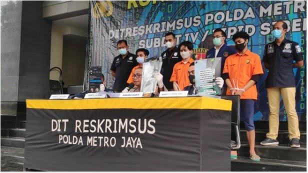 Tiga pemuda diringkus jajaran Polda Metro Jaya lantaran menjual surat hasil tes swab PCR palsu melalui media sosial Instagram.