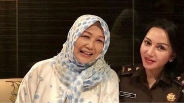 Jaksa Pinangk saat berfoto bareng dengan pengacara Djoko Tjandra, Anita Kolopaking.