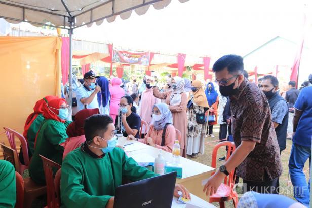 Wakil Wali Kota Payakumbuh saat meninjau salah satu titik vaksinasi di Halaman Balai Kota Payakumbuh