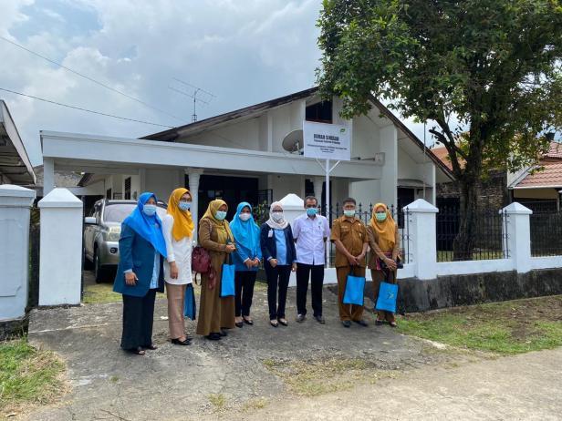 Dinsos Padang foto bersama dengan pengurus Yayasan Semen Padang dan pihak Semen Padang Hospital saat peninjauan lapangan Rumah Singgah Yayasan Semen Padang, Senin (1/2)