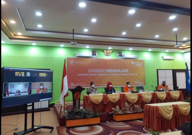 Direktur PNP Surfa Yondri (dua dari kanan) menyaksikan kegiatan Direksi Mengajar yang digelar PNP bersama BPJS Ketenagakerjaan, Rabu (22/9/2021). Kegiatan tersebut digelar secara virtual dan diikuti mahasiswa PNP.