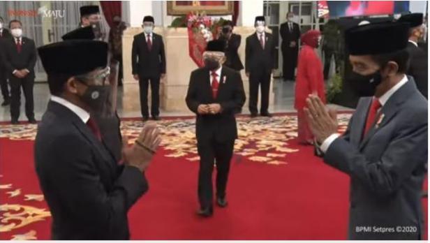 Tangkap layar Sandiaga Uno menggenggam tasbih saat dilantik Jokowi sebagai Menparekrat di Istana