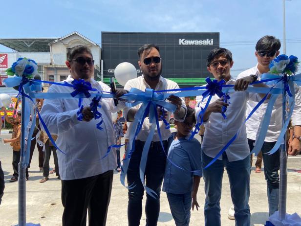 Investor Foresthree Coffee Jalan Sutomo, Herry Alizar (kiri), Arif (tengah) dan MuhammadIsnaini (kanan) meresmikan pembukaan outlet Foresthree Coffee.