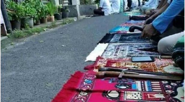 Beredar Foto Jemaah Salat Idul Fitri Bawa Parang