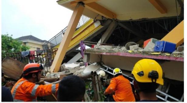 Tim Basarnas mengevakuasi korban reruntuhan dengan alat seadanya, Jumat 15 Januari 2021