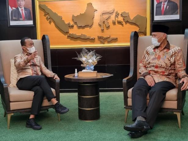Gubernur Sumbar Mahyeldi Ansharullah (kanan) ketika berbincang dengan Menteri Investasi  Bahlil Lahadalia.