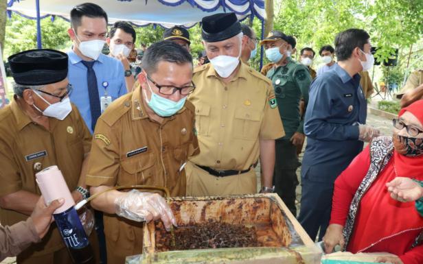 Gubernur Sumbar Mahyeldi Ansharullah bersama Kadishut Sumbar
