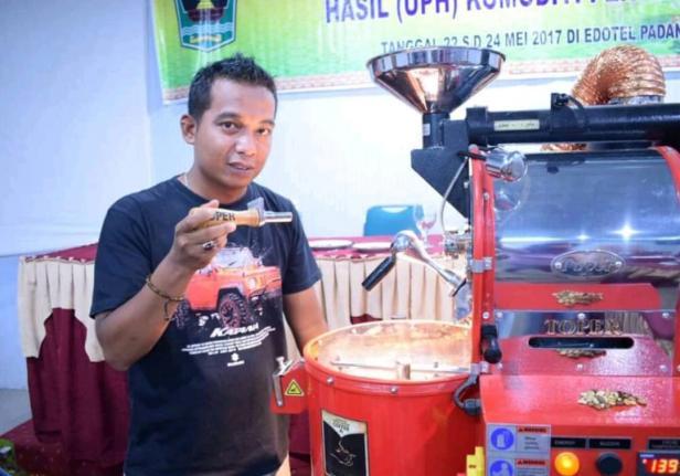 Owner Kopi Minang Kajai Specialty Coffee, Hendi
