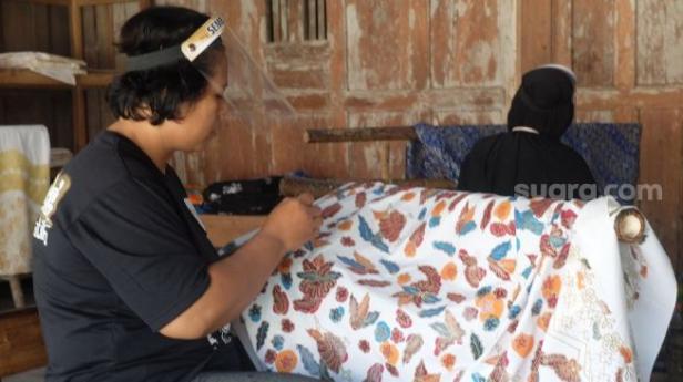 Sejumlah perajin batik Sembung Gallery sedang membatik di Lendah, Kulon Progo, Minggu (27/9/2020).