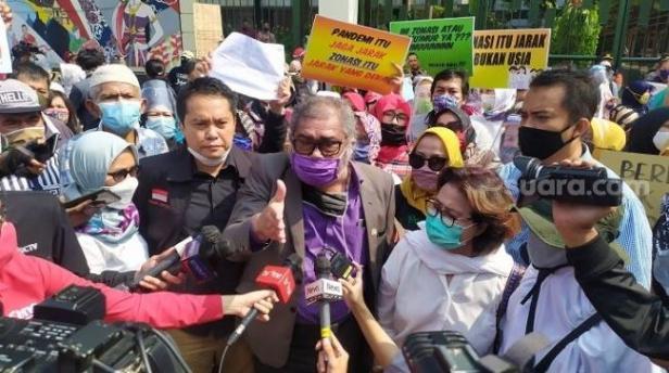 Arist Merdeka Sirait, Ketua Komnas PA (tengah) saat ikut berdemo di depan kantor Kemendikbud.