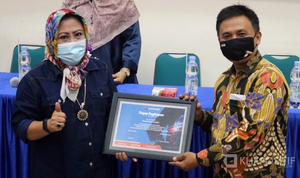 Direktur Utama KlikPositif Oktaveri serahkan piagam penghargaan kepada Owner Green House Lezatta, Eliana dalam anugerah Klik Award yang dilaksanakan di Kampus Universitas Fort de Kock Bukittinggi, Jumat 9 April 2021.