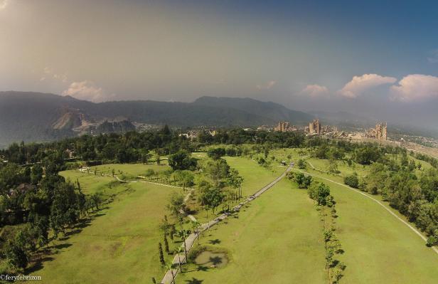 Lapangan golf Semen Padang yang dulunya merupakan bekas areal tambang tanah clay yang dimanfaatkan sebagai bahan baku produksi semen oleh PT Semen Padang.