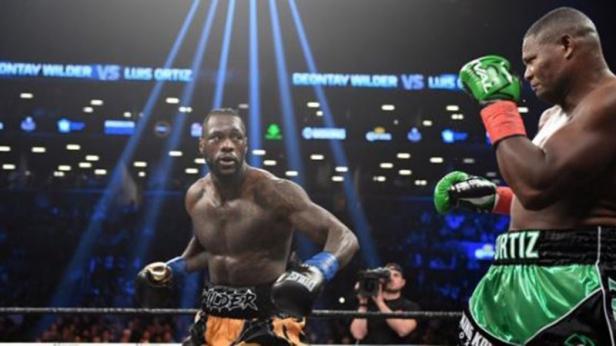 Juara dunia kelas berat WBC, Deontay Wilder (kiri), saat berduel melawan Luis Ortiz di Barclays Center, New York, AS, Sabtu (3/3/2018). Wilder dikenal memiliki reputasi sebagai salah satu petinju dengan pukulan terkeras di dunia.