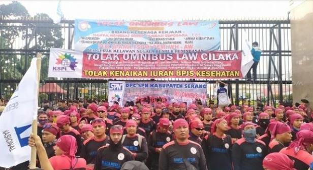 Demo buruh tolak Omnibus Law di gedung DPR RI, Senin (20/1/2020).