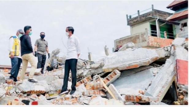 Presiden Jokowi berbincang dengan warga korban gempa bumi di Mamuju, Selasa 19 Januari 2021