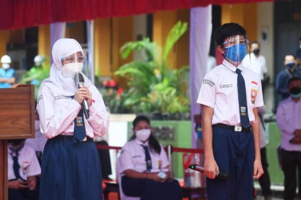 Peserta vaksinasi dari Tanjung Pinang Kepulauan Riau berdialog dengan Presiden Jokowi, pada vaksinasi bagi pelajar yang dilakukan oleh BIN, pada Rabu (14/07/2021) yang lalu