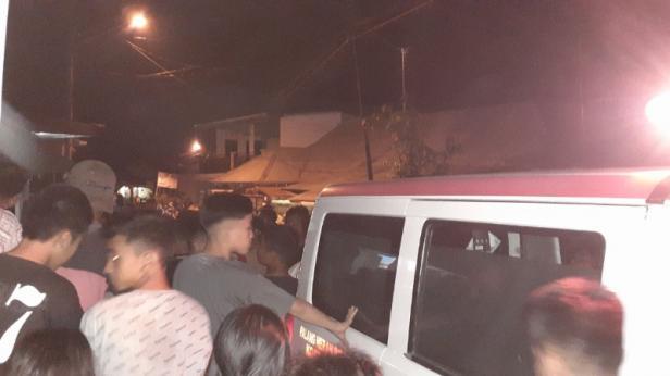 Ratusan warga berdesak-desakan melihat jasad Megi Saputra saat dievakuasi ke mobil ambance.