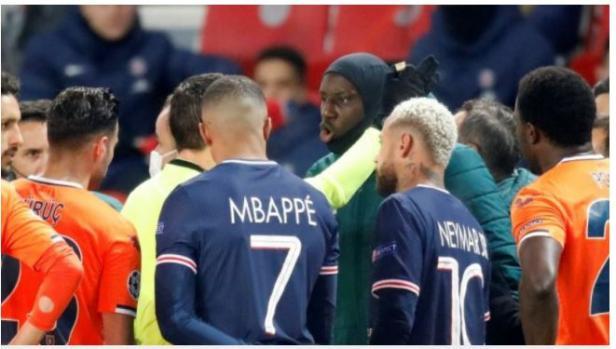 Pemain Istanbul Basaksehir, staf, dan pemain Paris Saint-Germain mendatangi wasit akibat adanya dugaan rasial oleh ofisial pertandingan terhadap ofisial Basaksehir dalam laga pamungkas Liga Champions di Stadion Parc de Princes, Selasa (8/12/2020)