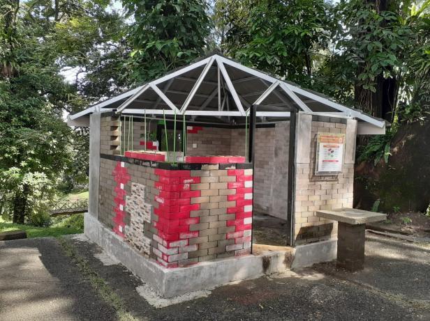 Rumah contoh yang didirikan PT Semen Padang. Dinding runah ini berasal dari Interlock Brick yang merupakan produk turunan semen.