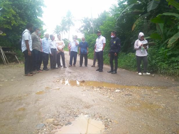 Ketua DPRD Solsel Zigo Rolanda dan Anggota DPRD Solsel Dapil Satu Tinjau Jalan Simpang limau Gaduang