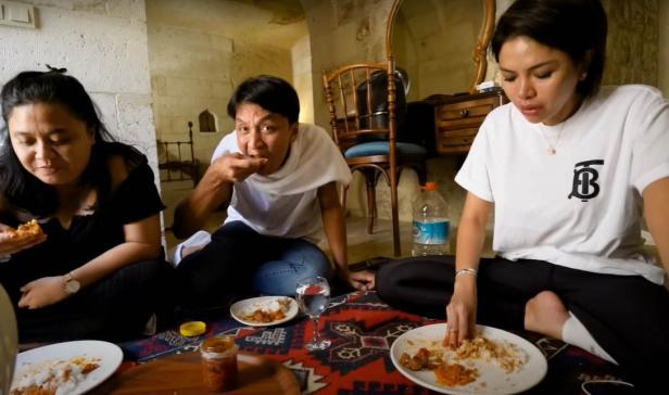 Nikita Mirzani menyantap masakan Indonesia di Turki