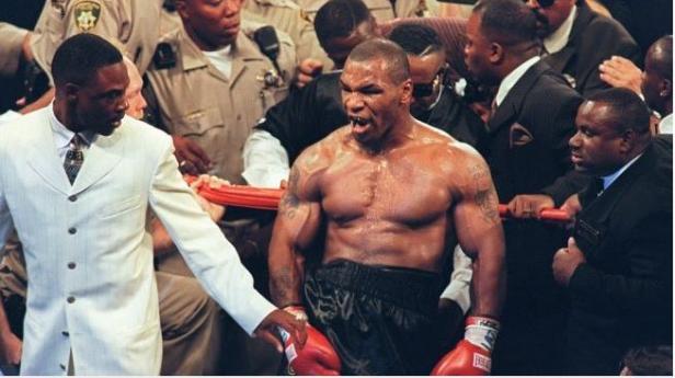 Mike Tyson (tengah)