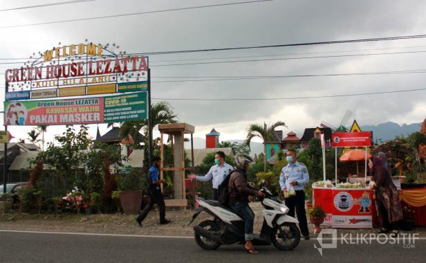 Green House Lezatta bekerja sama dengan Lapas Bukittinggi bagi-bagi takjil untuk pengendara, Selasa (20/04/2021)