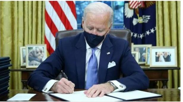 Joe Biden menandatangani surat perintah eksekutif setelah dilantik