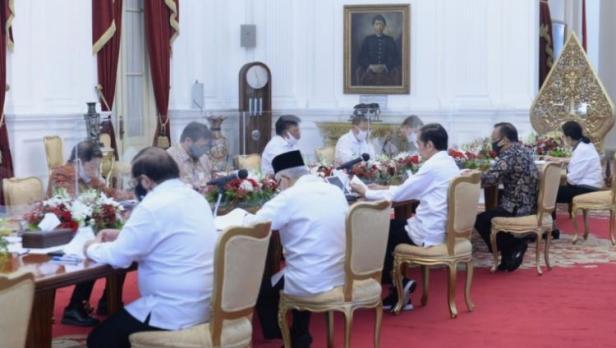 Presiden Joko Widodo saat memimpin rapat terbatas dengan topik