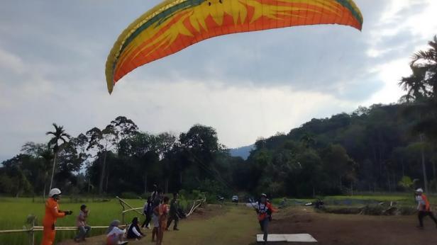 Salah satu Atlet Paralayang Solsel saat melakukan pendaratan
