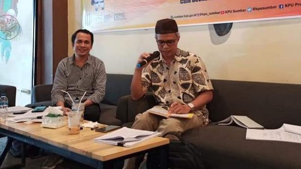 Anggota KPU Sumbar Izwaryani bersama Anggota KPU Sumbar Gebriel Daulay