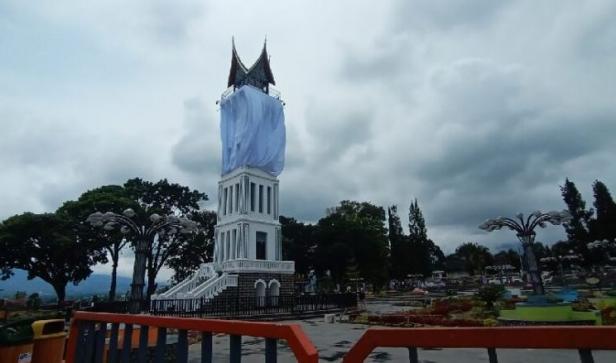 Jam Gadang Bukittinggi ditutup kain
