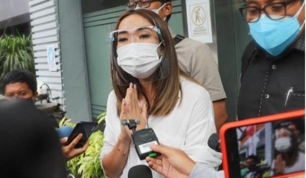 Penyanyi Gisella Anastasia usai menjalani pemeriksaan terkait kasus video syur mirip dirinya di Gedung Reskrimsus Polda Metro Jaya, Jakarta Selatan, Rabu (23/12/2020)