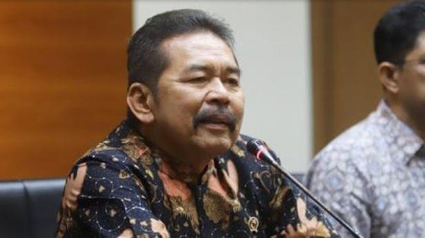 Jaksa Agung ST Burhanuddin dan Wakil Ketua KPK Laode M Syarif memberikan keterangan pers seusai melakukan pertemuan di Gedung KPK, Jakarta, Jumat (8/11)