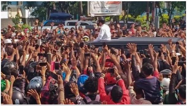Kerumunan massa menyambut kehadiran Jokowi saat berkunjung ke Maumere, Kabupaten Sikka, NTT