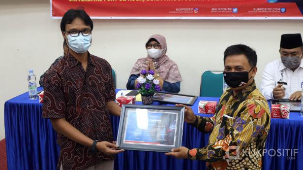 Direktur Utama KlikPositif Oktaveri serahkan piagam penghargaan kepada PR III UM Sumatera Barat, M.Abdi, dalam anugerah Klik Award yang dilaksanakan di Kampus Universitas Fort de Kock Bukittinggi, Jumat 9 April 2021.