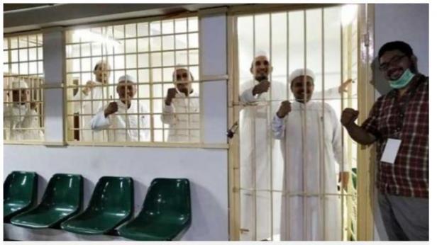 Beredar foto Habib Rizieq Shihab berpose bersama rekan-rekannya dalam sel tahanan.