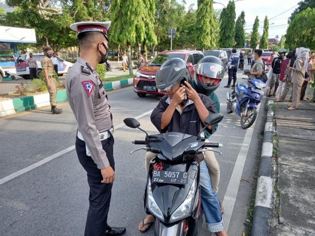 Petugas melakukan pemeriksaan protokol kesehatan