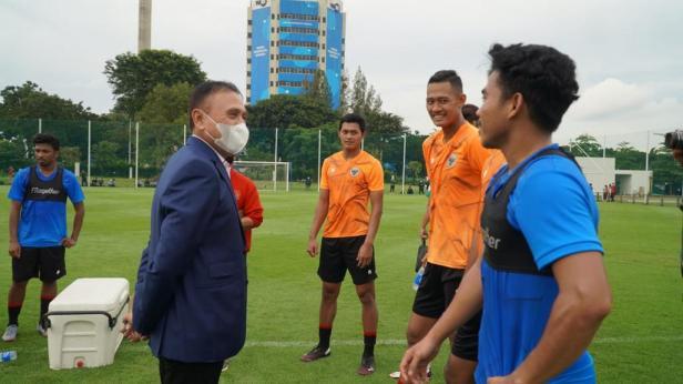 Ketua Umum PSSI, Mochamad Iriawan mengunjungi latihan tim nasional Indonesia persiapan SEA Games 2021 di Lapangan D, Senayan, Jakarta, Rabu (10/2/2021) sore