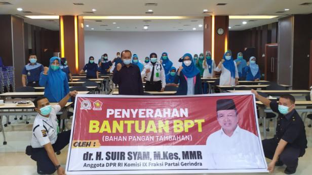 Pemberian bantuan oleh Anggota DPR RI Komisi IX Suir Syam kepada tenaga medis di SPH, Selasa (3/11)