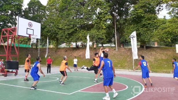 Tim basket Alumni Non Cakar dan Cakar 12 (jersey biru) melawan Alumni Cakar 11.